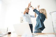 Довольно 2 работника празднуют их успех Стоковая Фотография