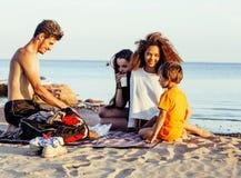Довольно разнообразные друзья нации и времени на морском побережье имея потеху, концепцию людей образа жизни на пляже отдыхают Стоковая Фотография RF