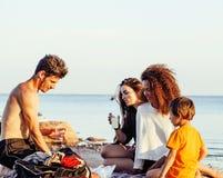 Довольно разнообразные друзья нации и времени на морском побережье имея потеху, концепцию людей образа жизни на пляже отдыхают Стоковые Фотографии RF