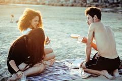 Довольно разнообразные друзья нации и времени на морском побережье имея потеху, концепцию людей образа жизни на пляже отдыхают Стоковое Фото