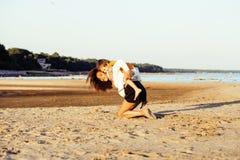 Довольно разнообразные друзья нации и времени на морском побережье имея потеху, концепцию людей образа жизни на пляже отдыхают Стоковое Изображение