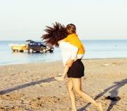 Довольно разнообразные друзья нации и времени на морском побережье имея потеху, концепцию людей образа жизни на каникулах пляжа з Стоковая Фотография