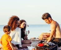 Довольно разнообразные друзья нации и времени на морском побережье имея потеху, концепцию людей образа жизни на каникулах пляжа з Стоковые Изображения RF