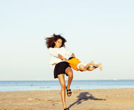 Довольно разнообразные друзья нации и времени на морском побережье имея потеху, концепцию людей образа жизни на каникулах пляжа з Стоковое фото RF