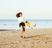 Довольно разнообразные друзья нации и времени на морском побережье имея потеху, концепцию людей образа жизни на каникулах пляжа з Стоковые Фото