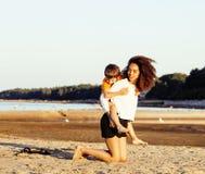 Довольно разнообразные друзья нации и времени на морском побережье имея потеху, концепцию людей образа жизни на каникулах пляжа з Стоковое Фото