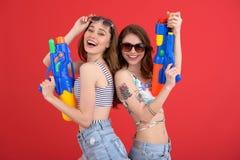 Довольно 2 друз женщин с водой забавляются оружи Стоковая Фотография
