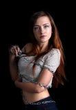 Довольно сексуальная женщина связанная с длинной цепью металла стоковая фотография