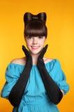 Довольно смешной усмехаясь портрет красоты девушки Элегантная мода Glamo Стоковые Фотографии RF