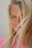 Довольно солнц-загоренная белокурая девушка в естественном свете Стоковые Изображения