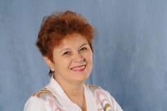 Довольно старший портрет женщины в студии Стоковая Фотография RF