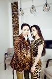 Довольно стильная женщина в платье моды с печатью леопарда совместно в роскошном богатом интерьере комнаты, концепции людей образ Стоковые Фотографии RF
