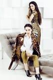 Довольно стильная женщина в платье моды с печатью леопарда совместно в роскошном богатом интерьере комнаты, концепции людей образ Стоковые Изображения RF