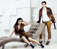 Довольно стильная женщина в платье моды с печатью леопарда совместно в роскошном богатом интерьере комнаты, концепции людей образ Стоковое Изображение RF