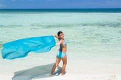 Довольно стильная красивая маленькая девочка идя на тропический пляж Стоковое фото RF