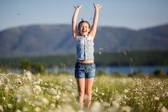 Довольно счастливая девушка ребенка на поле стоцвета Стоковые Фото