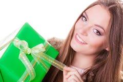 Довольно счастливая женщина с подарком коробки День рождения Стоковая Фотография