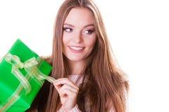 Довольно счастливая женщина с подарком коробки День рождения Стоковые Изображения