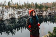 Довольно славная девушка наслаждается красивым видом на озеро от hilltopl и хорошей погодой в Karelia Вокруг утесов Стоковая Фотография RF