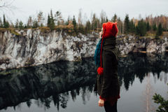 Довольно славная девушка наслаждается красивым видом на озеро от hilltopl и хорошей погодой в Karelia Вокруг утесов Стоковая Фотография