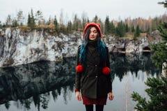 Довольно славная девушка наслаждается красивым видом на озеро от hilltopl и хорошей погодой в Karelia Вокруг утесов Стоковое Фото