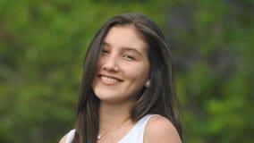 Довольно усмехаясь предназначенная для подростков девушка Стоковое Фото