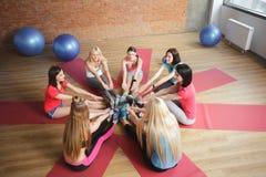 Довольно sporty девушки нагревают в спортзале Стоковые Фотографии RF