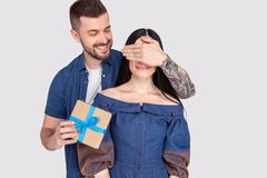 Догадка глаз тайника парня дамы близкого поднимающего вверх фото изумительная которой игра подготовила giftbox романским владение стоковое фото rf