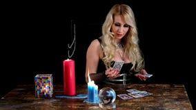 Догадки ведьмы на карточках сток-видео