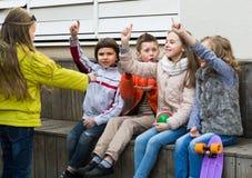 Догадка детей какой друг показывает стоковые фотографии rf