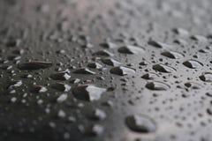 Дождевая вода, капельки темная предпосылка, сезон дождей, стоковые изображения rf