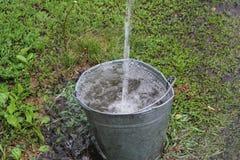 Дождевая вода падает в ведро 30797 Стоковые Фотографии RF