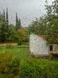 Дождевая капля на лобовом стекле, оно идет дождь снаружи стоковые изображения rf