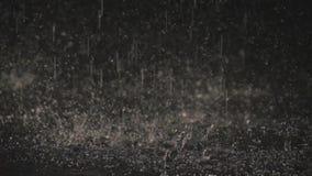 Дождевые капли в темноте в свете 1 фонарика сток-видео