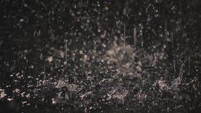 Дождевые капли в темноте в свете 3 фонарика видеоматериал