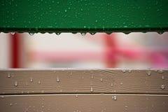 Дождевые капли на деревянной поверхности стоковая фотография
