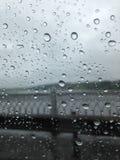 Дождевые капли на стекле на переднем плане Вычисляемая загородка b стоковые изображения rf
