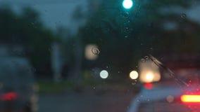Дождевые капли Waterdrops на окне автомобиля со штормом bokeh дождливым вечером акции видеоматериалы
