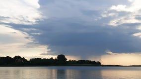 Дождевые облака над озером лета акции видеоматериалы