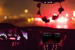 Дождливые лобовое стекло и приборная панель стоковая фотография rf