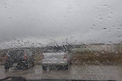 Дождливый день в городе, движении и падениях nad автомобилей дождя на лобовом стекле автомобиля Стоковая Фотография