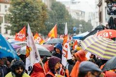 Дождливый день над политическим маршем во время французский общенациональный день ag Стоковые Фотографии RF