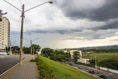 Дождь лета в dos Campos - Бразилии São José стоковые изображения rf
