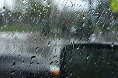 Дождь на окне автомобиля стоковые изображения rf