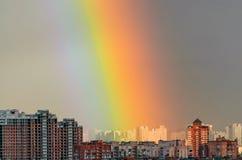 Дождь радуги неба дома промышленного города городской Стоковая Фотография RF