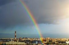 Дождь радуги неба дома промышленного города городской Стоковые Фото