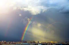 Дождь радуги неба дома промышленного города городской Стоковое Фото