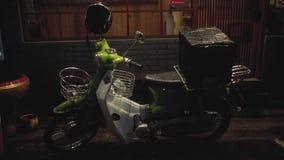 Дождь старого скутера сильный в городе ночи видеоматериал