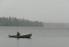 дождь тумана рыболова шлюпки Стоковые Фотографии RF