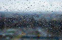 Дождевые капли или капельки воды на стеклянном окне Стоковая Фотография RF